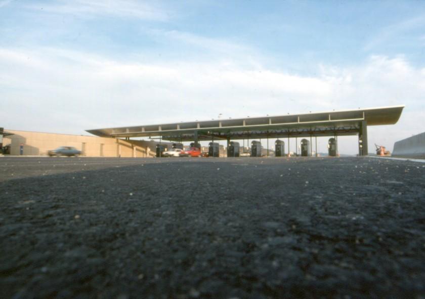 LOEIZ CARADEC ET FRANCOISE RISTERUCCI ARCHITECTES. SARL ARCHITECTURE ET URBANISME. 6 IMPASSE DE MONT-LOUIS. 75011 PARIS. AUTOROUTIER. BARRIERE DE PEAGE D'ENTREE SUR L'A7. LANCON DE PROVENCE
